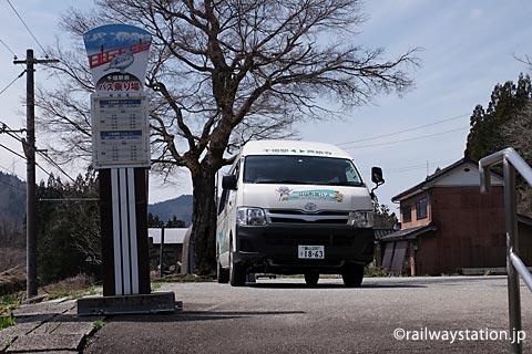千垣駅前に停車した芦峅寺行きの立山町営バス
