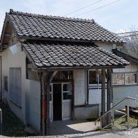 千垣駅 (富山地鉄・立山線)~立山を目前に佇む古色蒼然とした木造駅舎~