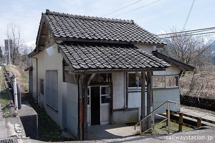 富山地鉄立山線・千垣駅の木造駅舎