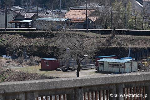 芳見橋から有峰口駅を眺める。