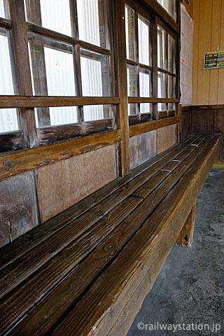 富山地鉄立山線・千垣駅、待合室の木製ベンチ
