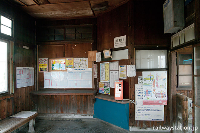 富山地鉄本線・早月加積駅の木造駅舎、古びた待合室