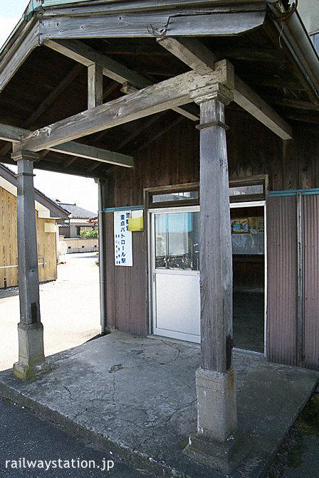 富山地鉄・早月加積駅の木造駅舎、エンタシスの柱