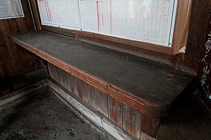 富山地鉄本線・早月加積駅の木造駅舎、窓口跡の木のカウンター
