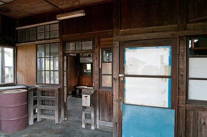 富山地鉄本線・早月加積駅の木造駅舎、改札口付近