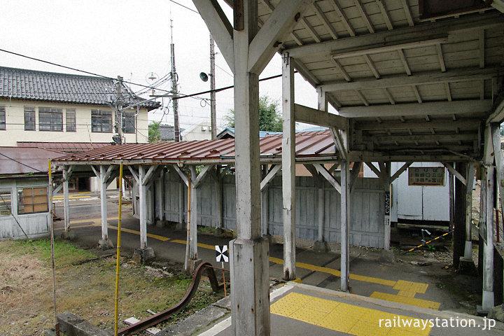 富山地鉄・岩峅寺駅、木造上屋のある構内通路