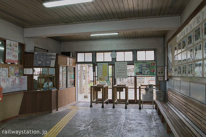 富山地鉄立山線・上滝線の岩峅寺駅、レトロな待合室