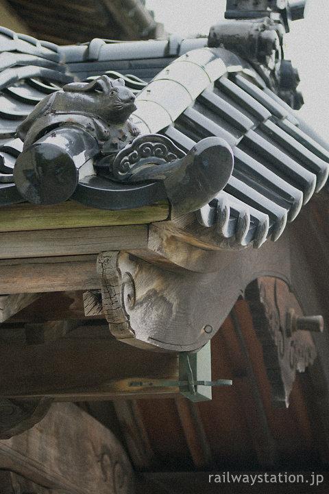富山地鉄・岩峅寺駅舎、唐破風車寄せの上のウサギの屋根瓦