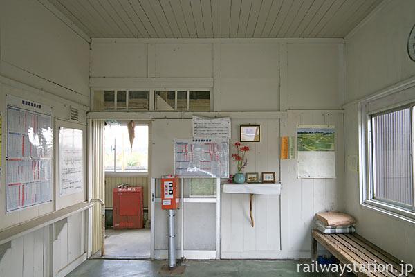 富山地鉄・立山線・釜ヶ淵駅、駅舎内部の待合室