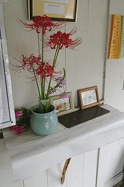 富山地鉄・立山線・釜ヶ淵駅、待合室に飾られた花