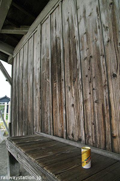 富山地鉄・立山線・釜ヶ淵駅、木造のホーム待合所