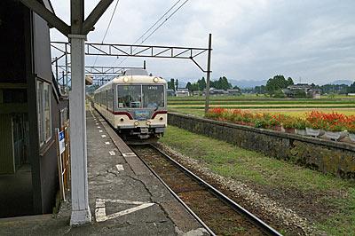 富山地鉄・立山線・釜ヶ淵駅、通過してゆくアルペン特急