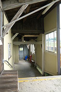 富山地鉄・立山線・釜ヶ淵駅、駅舎とホーム間の通路