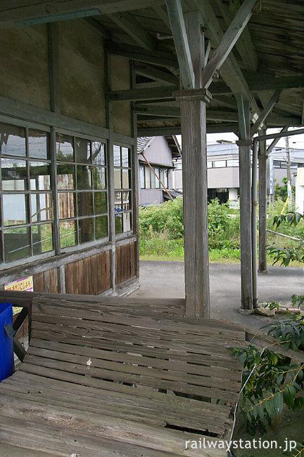 富山地鉄・上滝線・上堀駅、木造駅舎の軒下と古い木製ベンチ