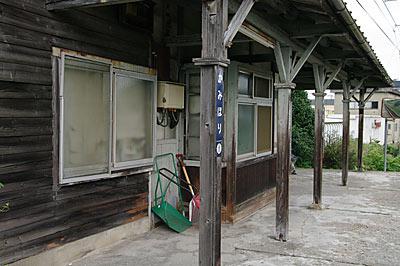 富山地鉄・古色蒼然とした上堀駅の木造駅舎ホーム側