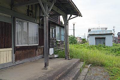富山地鉄・上滝線・上堀駅、木造駅舎と横の空き地