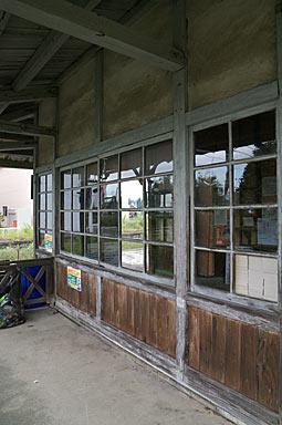 富山地鉄・上滝線・上堀駅の木造駅舎、木製の窓枠