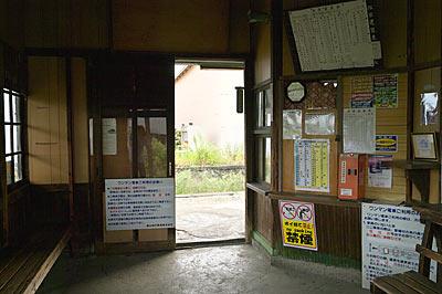富山地鉄・上滝線・上堀駅の木造駅舎、無人駅となり閉じられ窓口跡