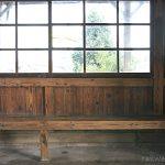 富山地鉄・上滝線・上堀駅の木造駅舎、木目浮く待合室