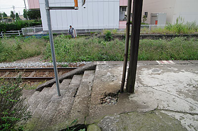 富山地鉄・上滝線・上堀駅ホーム、構内通路の階段跡