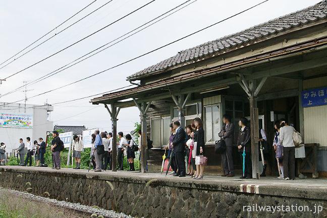 富山地鉄、朝の上堀駅。富山駅方面に通勤する人々