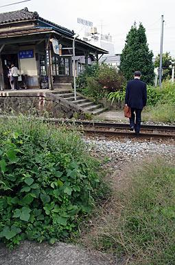 富山地鉄・上堀駅、線路を渡り近道して駅に向かう人