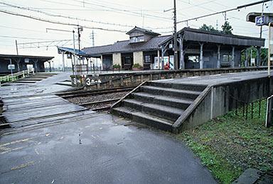 富山地鉄・寺田駅、立山線と本線が分岐するプラットホーム