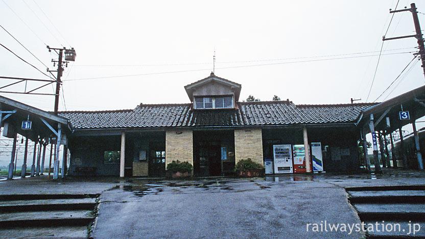 富山地鉄・寺田駅、1・3番線ホーム上の古くどっしりとした建物。
