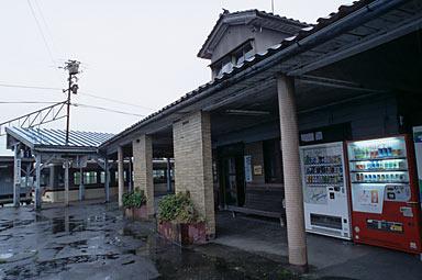 富山地鉄・寺田駅、ホーム内建物の軒下
