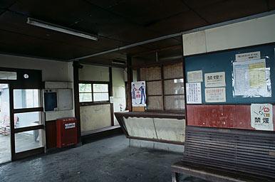富山地鉄・寺田駅、ホーム上建物の待合室