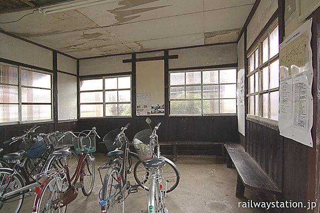 北条鉄道・法華口駅の木造駅舎、造り付けの木製ベンチのある待合室
