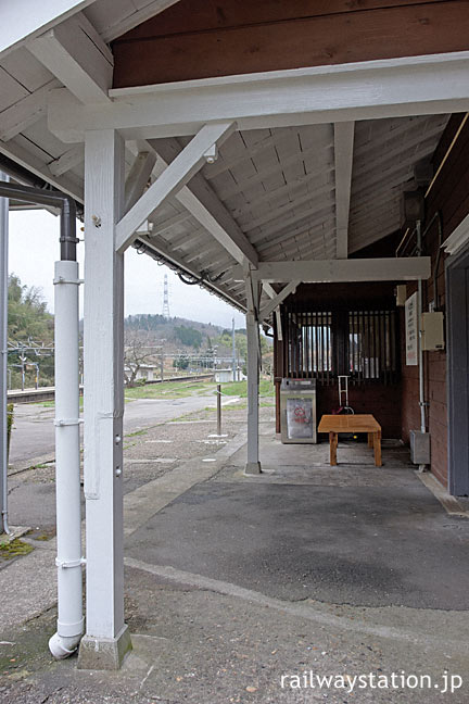 倶利伽羅駅の木造駅舎、古い質感の軒と柱