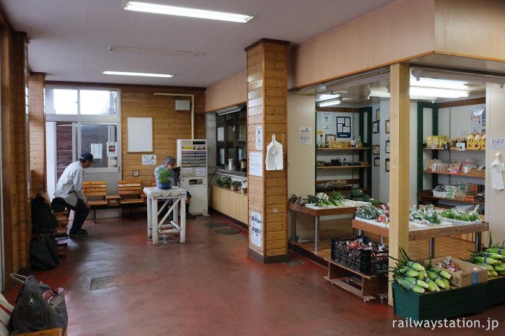 しなの鉄道北しなの線・黒姫駅、駅舎内部の売店・待合室