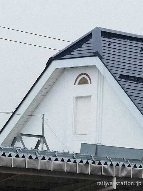しなの鉄道北しなの線・黒姫駅の木造駅舎、切妻部分の装飾
