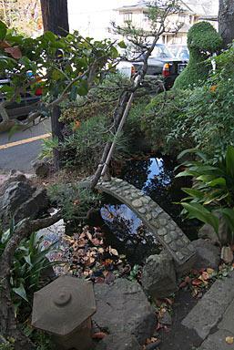 三木鉄道・三木駅、駅舎前の池のあるミニ庭園