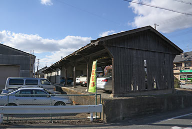 三木鉄道・三木駅、駅終端部の木造上屋のあるホーム跡