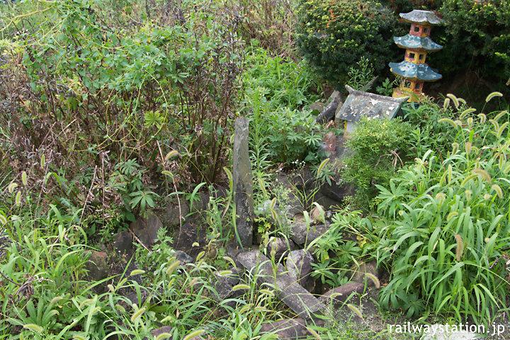 青い森鉄道・諏訪ノ平駅、荒れたホーム端の池庭跡
