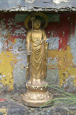 青い森鉄道・諏訪ノ平駅の池庭、寺院の仏像