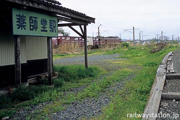 由利高原鉄道・薬師堂駅、JR羽越線との分岐点にあり貨物列車通り過ぎる