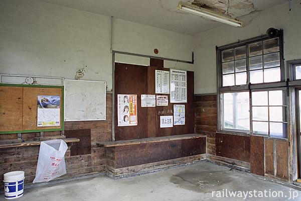 由利高原鉄道・薬師堂駅、駅舎内部も古色蒼然としている