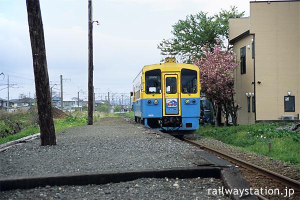 由利高原鉄道・薬師堂駅に入線した矢島行き列車(YR-1000形気動車)