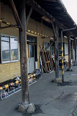 由利高原鉄道・矢島駅の木造駅舎ホーム側の柱