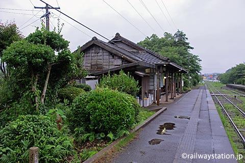 松浦鉄道・蔵宿駅、植栽と木造駅舎