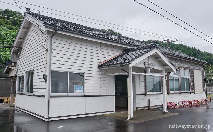 越後トキめき鉄道・有間川駅、日本海沿いに佇む木造駅舎