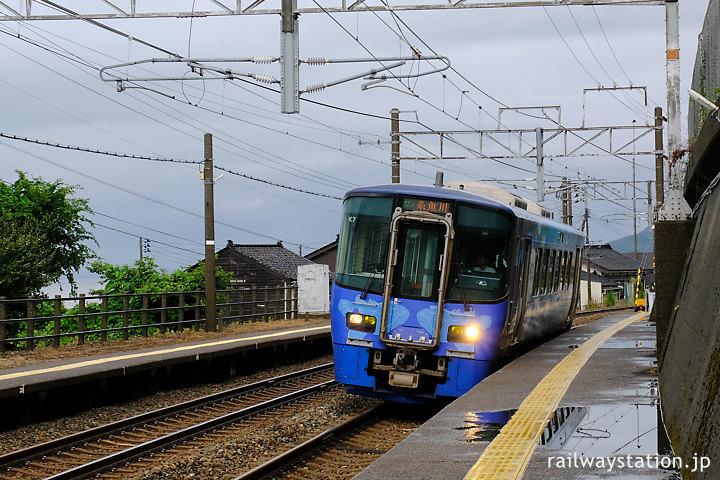 越後トキめき鉄道・日本海ひすいライン、有間川駅に入線する単行列車