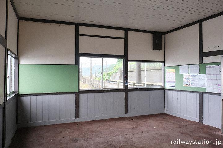 越後トキめき鉄道・有間川駅の木造駅舎、待合室