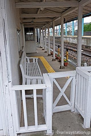 えちぜん鉄道・越前新保駅、木製改札口が残る駅舎ホーム側