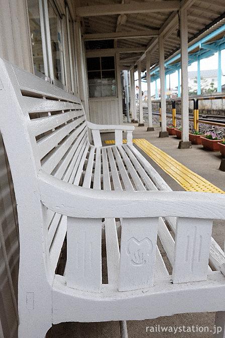 えちぜん鉄道・勝山永平寺線・越前新保駅、温泉マークが入った木製ベンチ