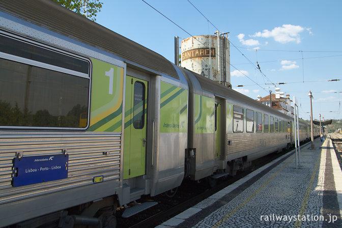 ポルトガル鉄道・サンタレン駅に到着した特急列車IC
