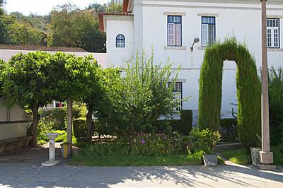 ポルトガル鉄道・サンタレン駅、駅構内の庭園